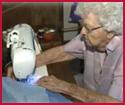 99χρονη κάθε μέρα ράβει ἔνα φόρεμα γιὰ κάποιο κορίτσι στὴν  Ἀφρικὴ